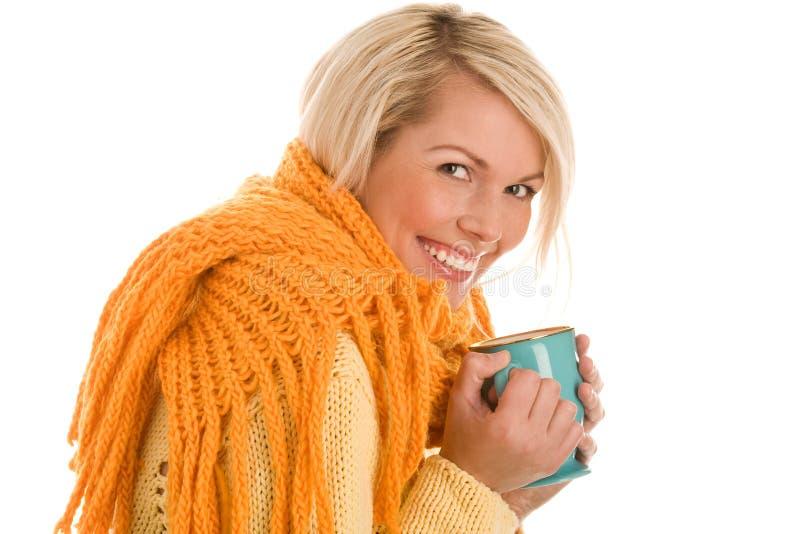 Herbstliches Mädchen mit Becher stockbilder
