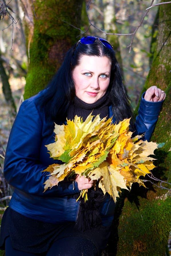 Herbstmädchen, das im Stadtpark spielt lizenzfreies stockbild