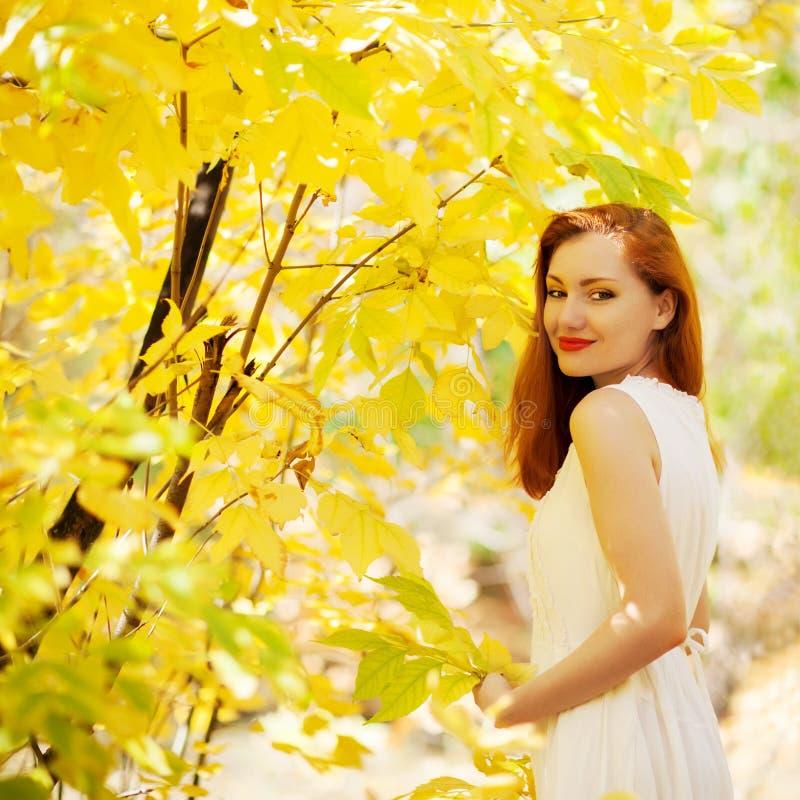 Herbstmädchen, das im Stadtpark spielt. Fallfrauenporträt glücklichen L lizenzfreie stockfotografie