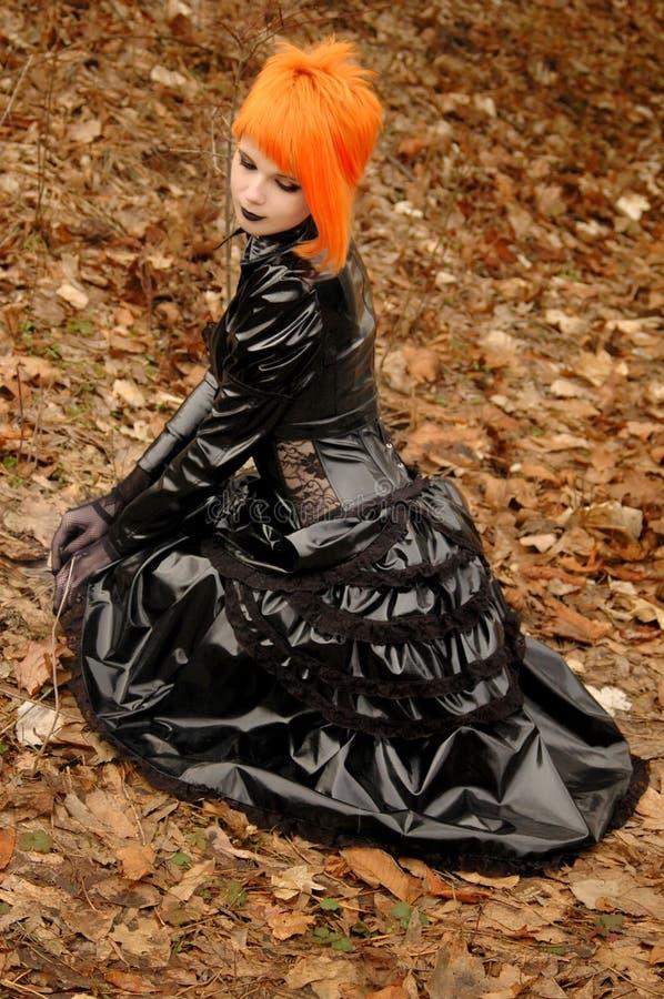 Herbstmädchen in der gotischen Ausstattung stockfoto