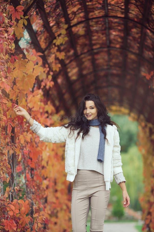Herbstmädchenporträt im Stadtpark draußen lizenzfreie stockfotos
