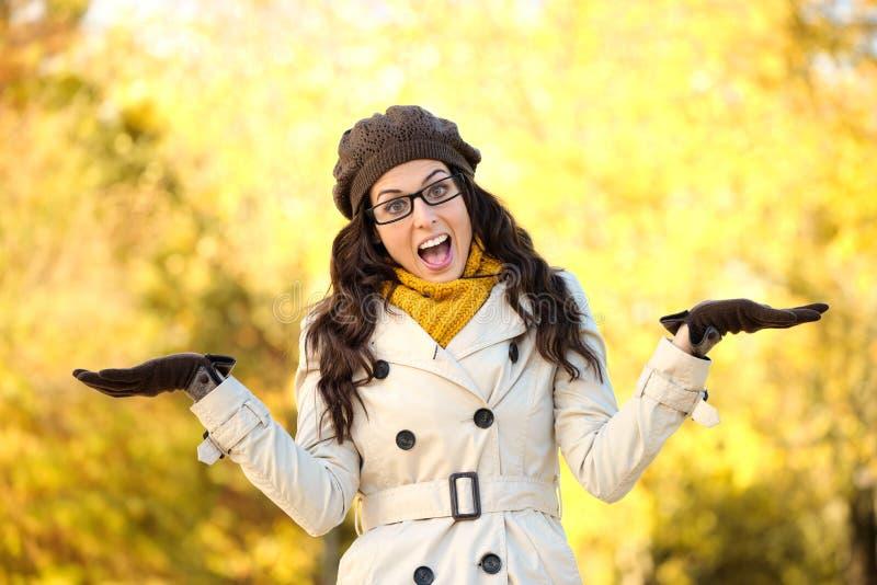 Herbstmodefrau, die Geste zeigend tut lizenzfreie stockfotos