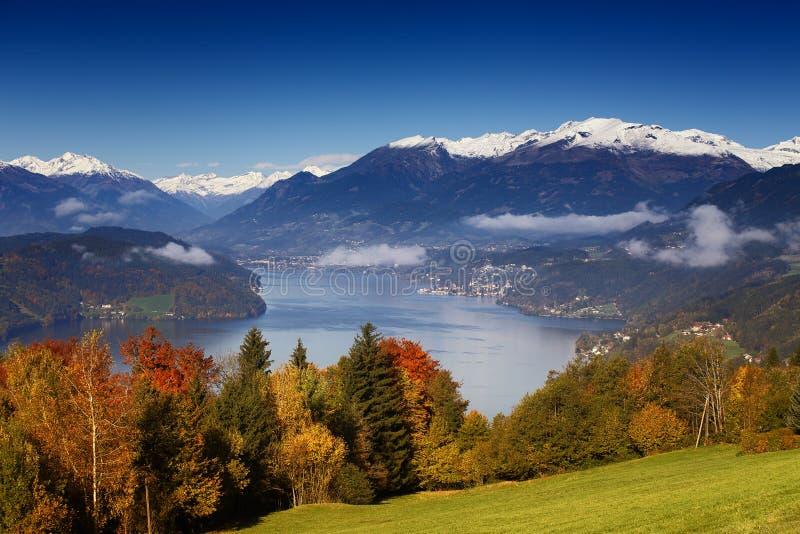 Herbstmorgenansicht über See Millstatt in Österreich lizenzfreie stockfotos