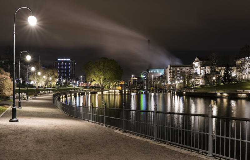 Herbstnacht in Tampere, Finnland stockfotografie