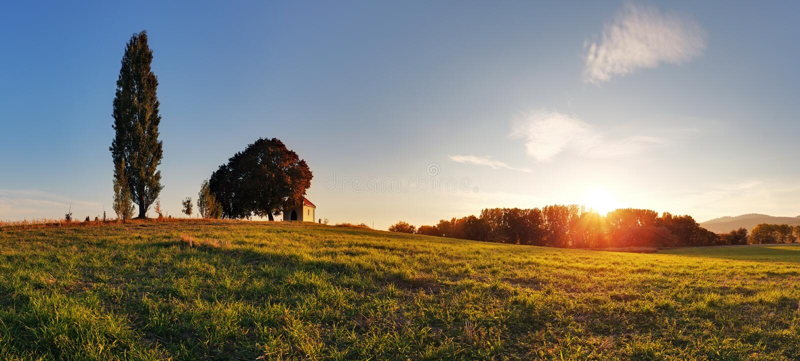 Herbstpanorama mit Kapelle lizenzfreie stockfotografie