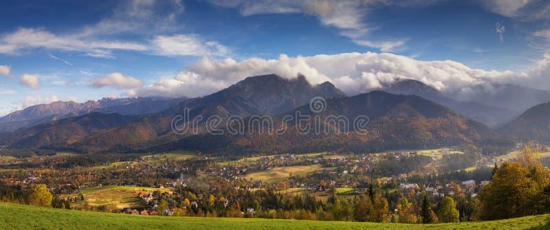 Herbstpanorama von hohen Tatra-Bergen stockfoto