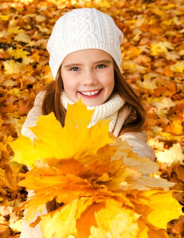 Herbstporträt des entzückenden lächelnden Kindes des kleinen Mädchens mit leav lizenzfreies stockfoto