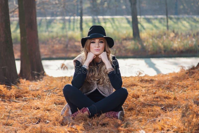 Herbstporträt einer schönen jungen Frau stockbild