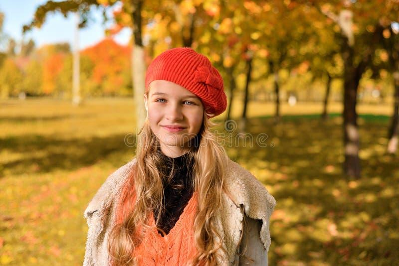 Herbstporträt eines schönen jungen Mädchens stockbilder