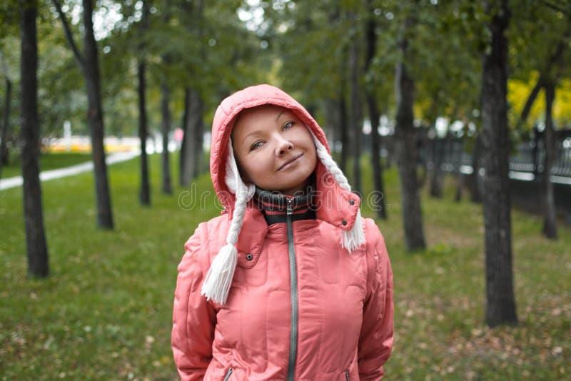 Herbstporträt von yound Frau stockbild