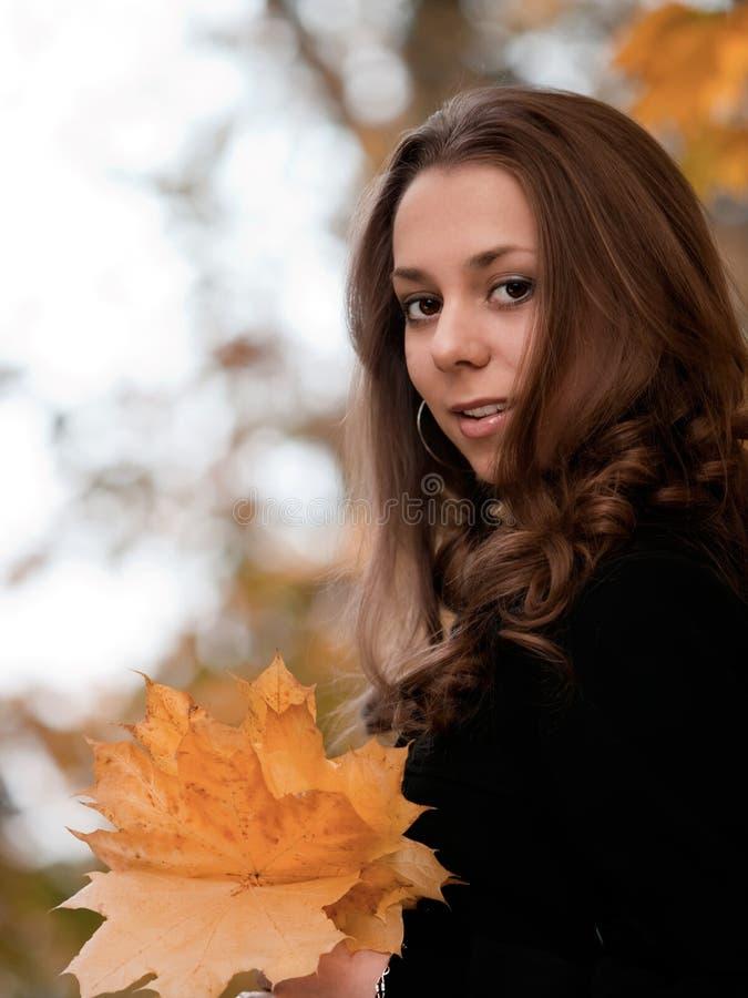 Herbstportrait des jungen Mädchens der Schönheit. lizenzfreies stockbild