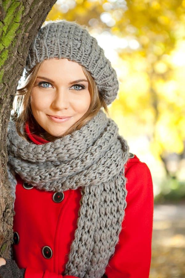Herbstportrait einer jungen Schönheit stockfotografie