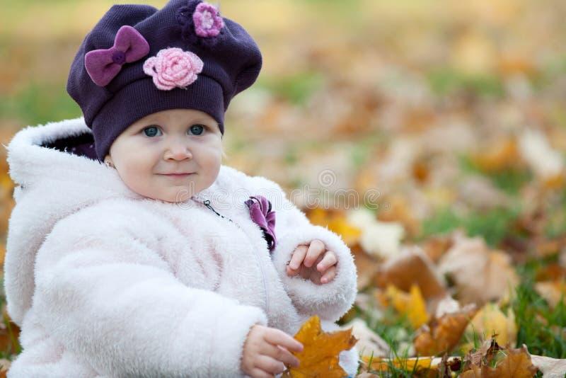 Herbstportrait eines kleinen Mädchens lizenzfreies stockfoto