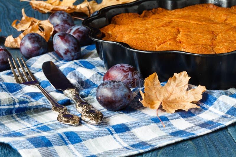 Herbstsaisontorte mit frischer Pflaume lizenzfreies stockfoto