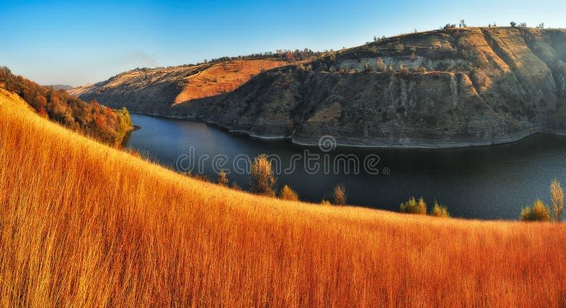Herbstschlucht malerischer Herbstmorgen stockfotos