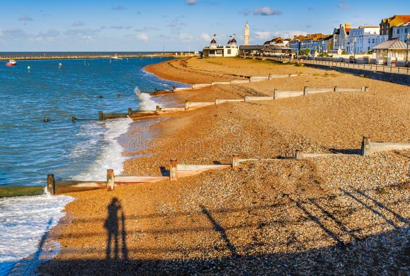 Herbstsonnenschein des späten Nachmittages auf dem Strand an Herne-Bucht, Kent lizenzfreie stockbilder