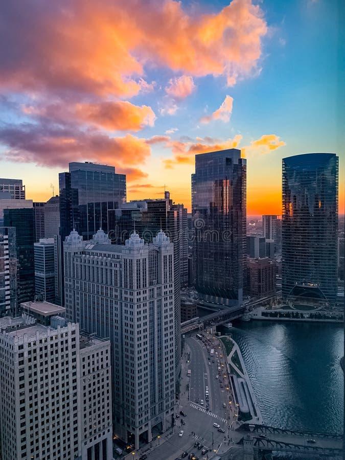 Herbstsonnenuntergang über dem Chicago River in der im Stadtzentrum gelegenen Schleife stockfotografie