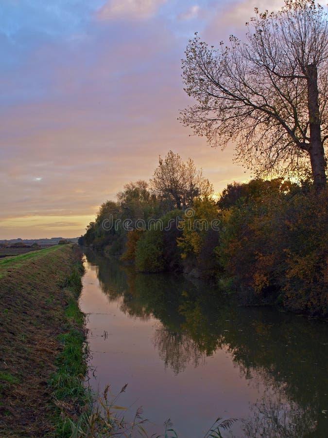 Herbstsonnenuntergang auf dem großen Fenn-Projekt. stockfotos