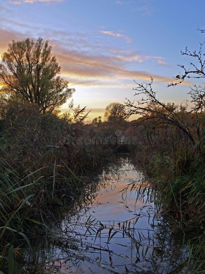 Herbstsonnenuntergang auf dem großen Fenn-Projekt stockbilder