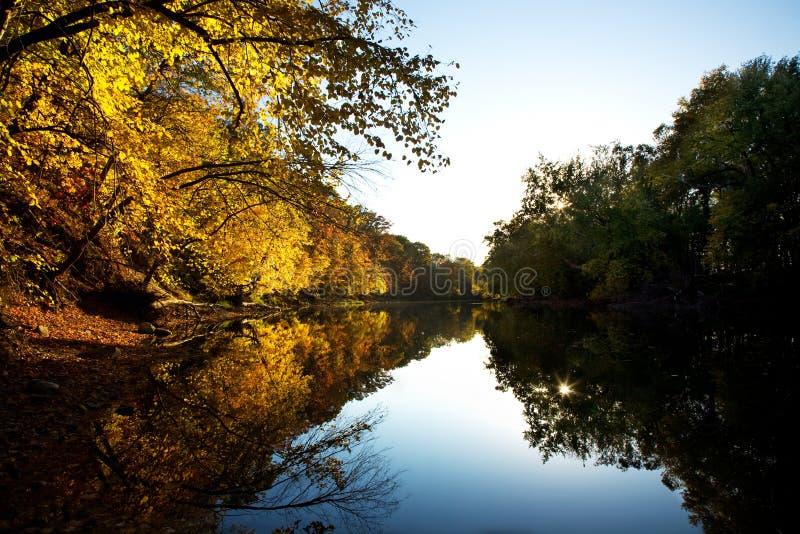 Herbstsonnenuntergang entlang dem Fluss stockfotos