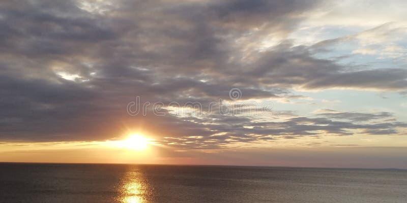 Herbstsonnenuntergangmeerblick Wolken, Meer und untergehende Sonne Heller sch?ner Hintergrund lizenzfreies stockbild