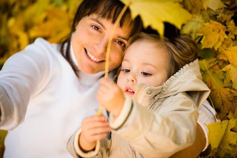 Herbstspiel - Mutter und Kind stockfoto