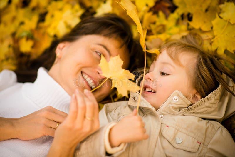 Herbstspiel - Mutter und Kind lizenzfreies stockbild