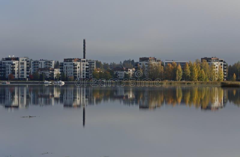 Herbststadtbild, das über eine Seeoberfläche nachdenkt stockbilder