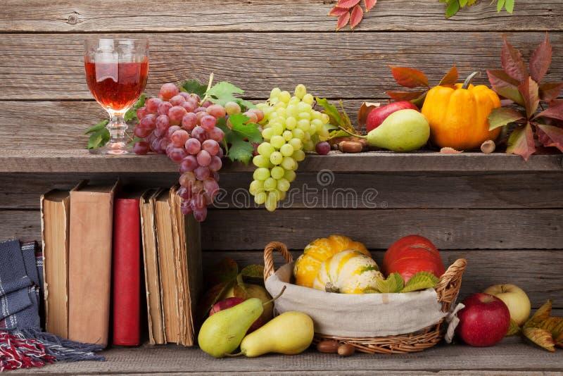 Herbststillleben mit Kürbisen und Früchten stockfotografie