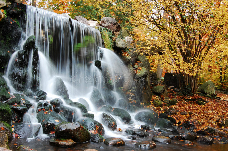 Herbstwasserfall lizenzfreie stockfotografie
