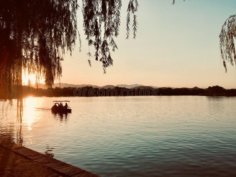Herbstwind-Sonnenuntergangbootfahrt lizenzfreie stockfotografie