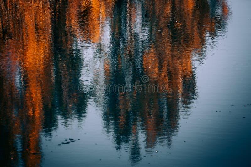Herbstzeit alamedin Fluss stockbild