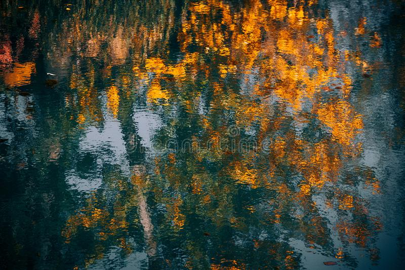 Herbstzeit alamedin Fluss stockfoto