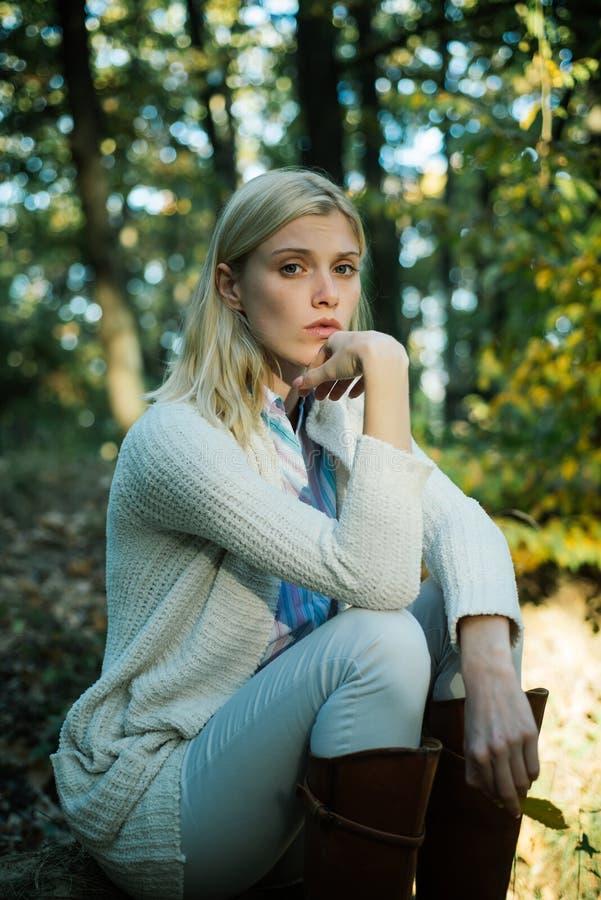 Herbstzeit f?r Mode Attraktive junge Blondine im Herbstpark Modeherbst-Porträtfrau mit gelbem Ahorn stockbild