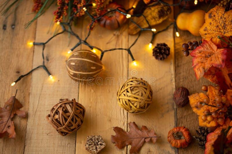 Herbstzusammensetzung mit Blättern und Elementen des Dekors auf einem alten Holztisch mit leuchtenden Lichtern und einer alten La stockfotos