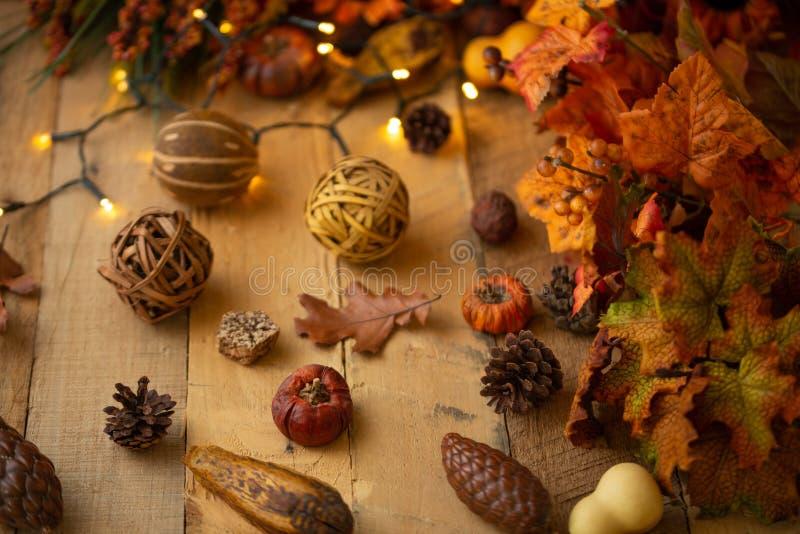 Herbstzusammensetzung mit Blättern und Elementen des Dekors auf einem alten Holztisch mit leuchtenden Lichtern und einer alten La lizenzfreie stockfotos