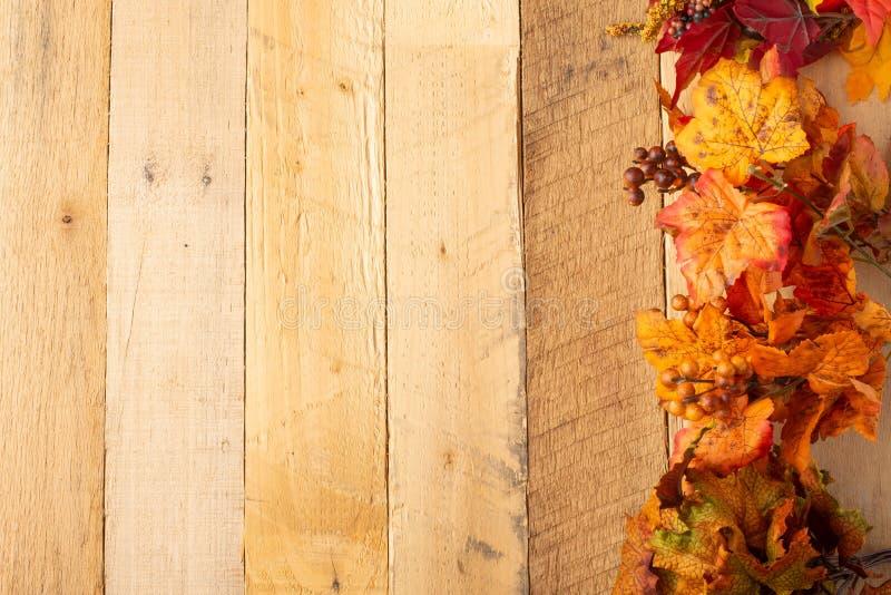 Herbstzusammensetzung mit trockenen Blättern auf einem Holztisch Ansicht von oben Kopieren Sie Platz Viele rosafarbenen und magen stockfotografie