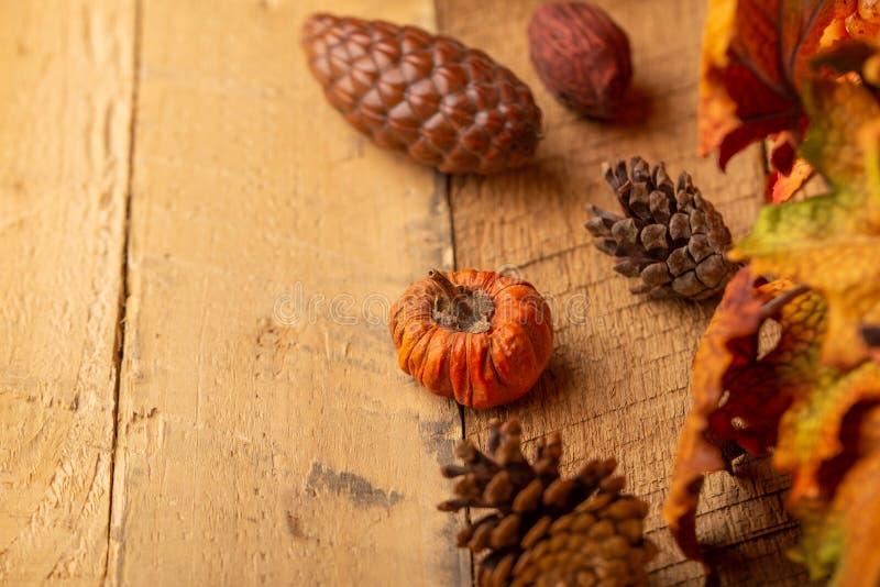 Herbstzusammensetzung mit trockenen Blättern und wenigen Kürbisen auf dem alten Holztisch Ansicht von oben Kopieren Sie Platz Vie lizenzfreie stockbilder