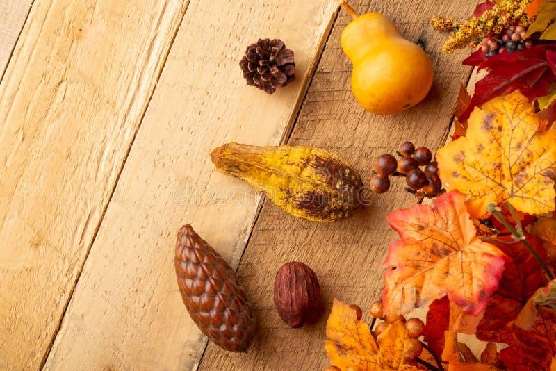 Herbstzusammensetzung mit trockenen Blättern und wenigen Kürbisen auf dem alten Holztisch Ansicht von oben Kopieren Sie Platz Vie lizenzfreies stockbild