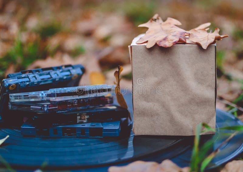 Herbstzusammensetzung, Papierkastenspott oben, Kasetten lizenzfreies stockfoto