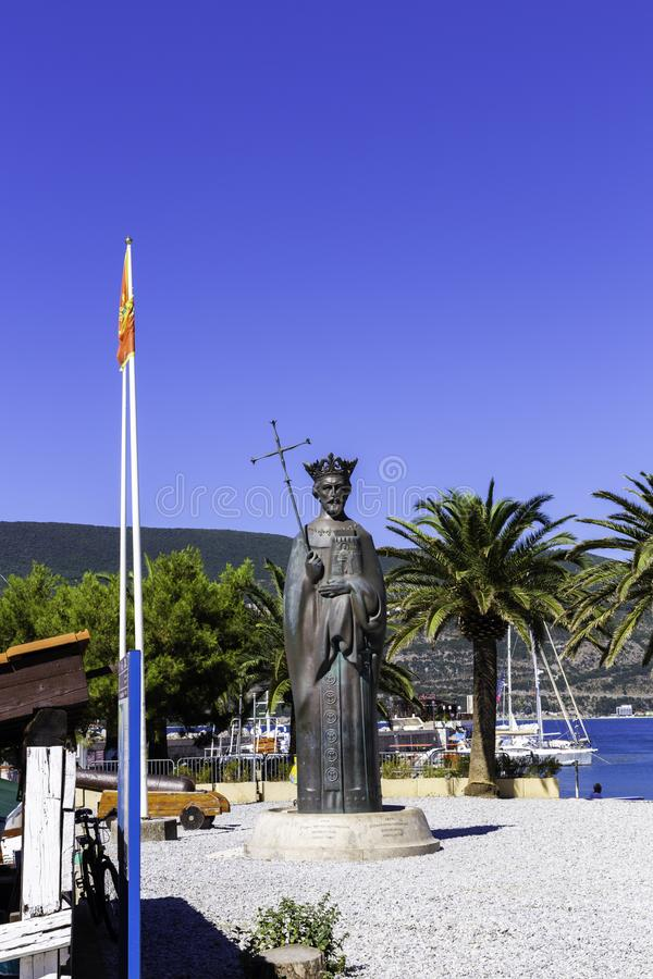 Herceg Novi, Μαυροβούνιο 4 Ιουλίου 2017: Μνημείο στο βασιλιά Tvrtko Ι στο θαλάσσιο λιμένα στην πόλη Herceg Novi στοκ εικόνες