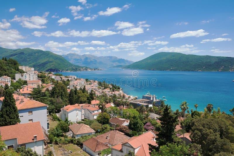 Herceg Novi e panorama da baía de Kotor, Montenegro imagem de stock