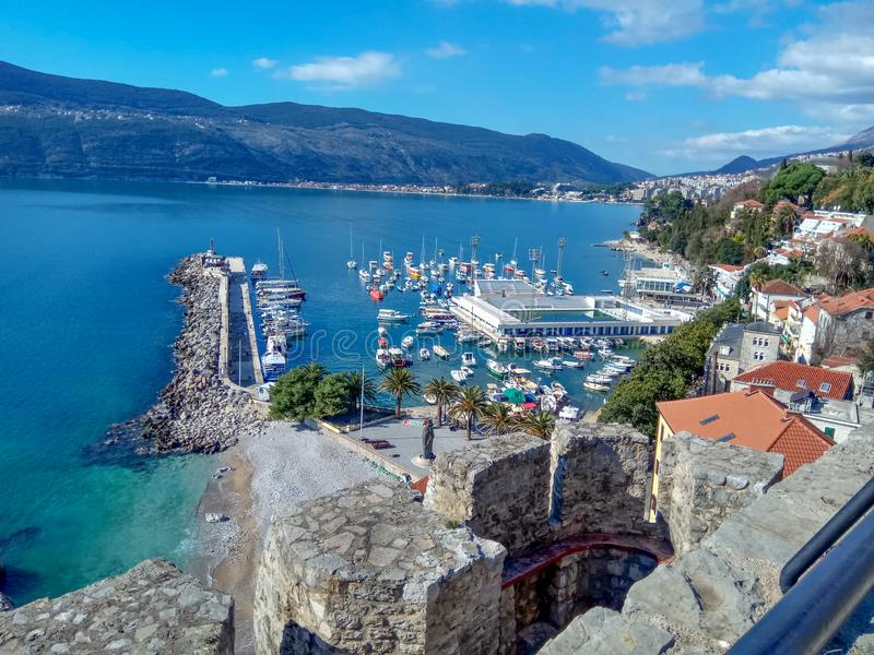 Herceg-Novi, Montenegro: centrum miasta blisko wody w terenie z jachtu basenem i schronieniem obraz stock