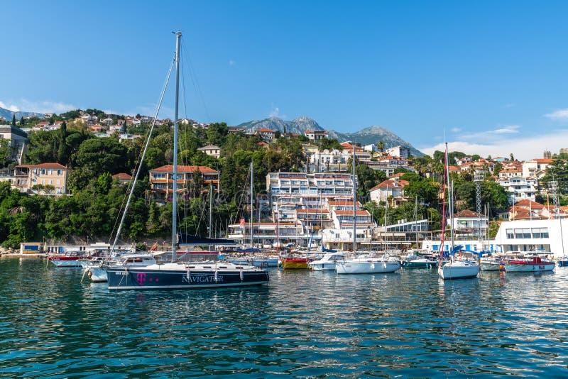 Herceg Novi, Montenegro - 10 de junio 2019 Yates en puerto en el fondo de la ciudad imagen de archivo libre de regalías