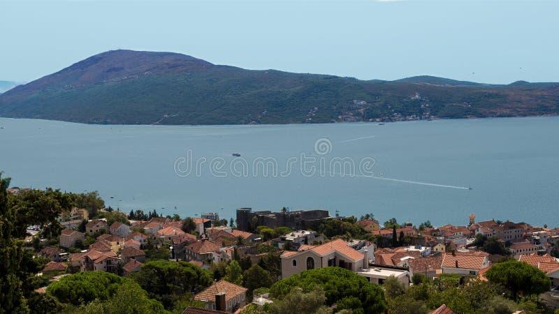 hercegmontenegro novi Detaljerat panorama- skott tid för fjärdkotormontenegro morgon arkivfoton