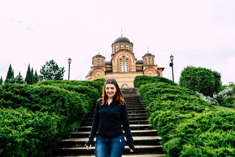 Hercegovacka格拉查尼察-东正教在特雷比涅,波黑 红色顶头女孩微笑的沿着走台阶 库存照片