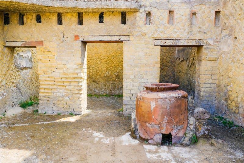 Herculaneum, ?????? ??????? ???? κρασί warhouse με το μεγάλο αμφορέα, Ercolano, Ιταλία στοκ εικόνα