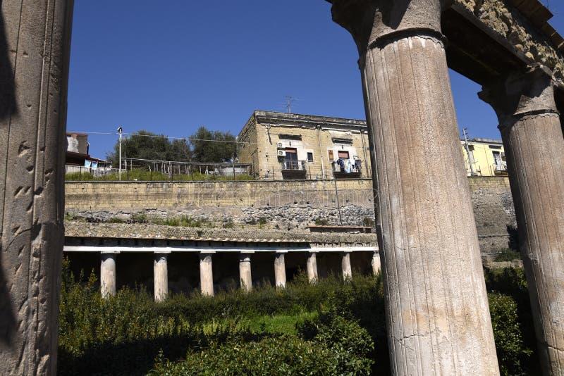 Herculaneum, ou Ercolano, perto de Nápoles em Itália são apenas abaixo da cidade moderna imagem de stock royalty free