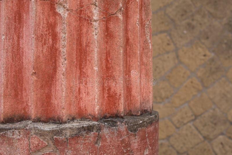 Herculano, Italia Ciérrese para arriba de pilar de la pared y de la ayuda, en ruinas de la ciudad romana de Herculano/de Ercolano imagen de archivo