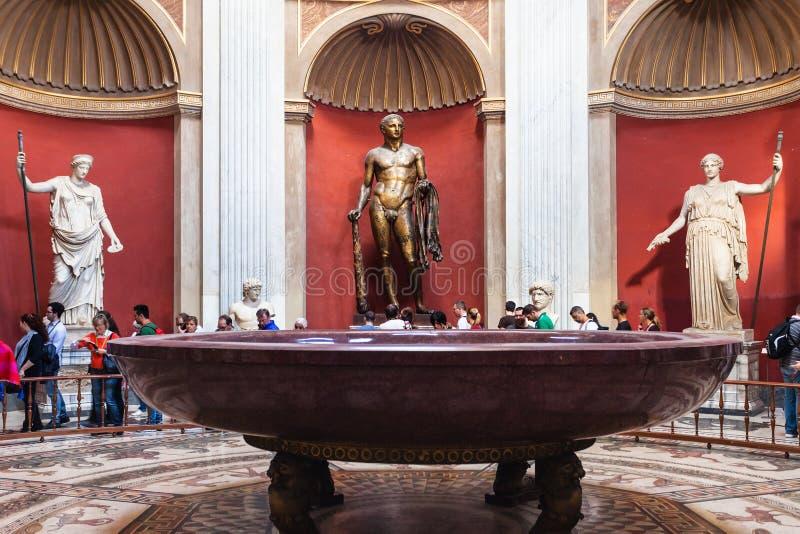 Hercules-beeldhouwwerk en porfierbassin in Vatikaan stock foto's